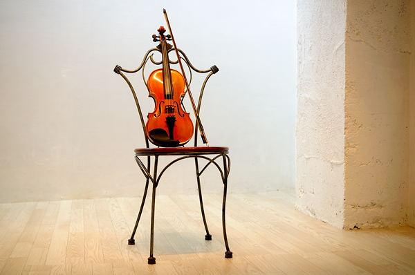 バイオリンと椅子